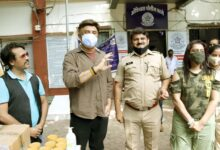 Anu Malik, Ekta Jain and Kailash Masoom gave Mumbai police hand sanitizer and immunity booster brew